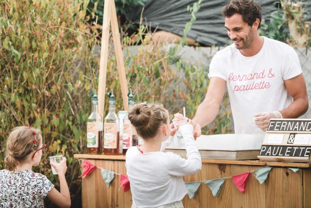 Simon de Fernand & Paulette distribuant une glace à une petite fille.
