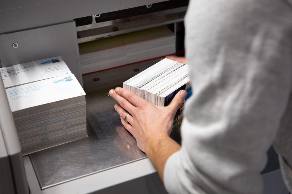 Cartes postales Fizzer pendant l'étape de découpe.