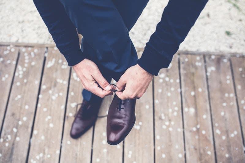 Marié qui lasse ses chaussures