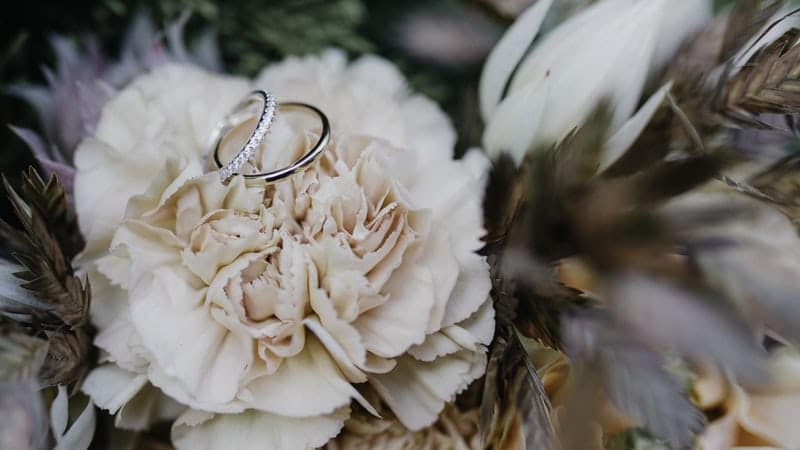 Bague de mariée sur fleur blanche