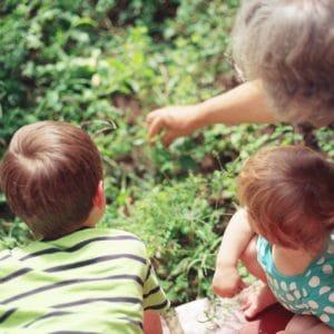 Mamie et ses deux petits enfants