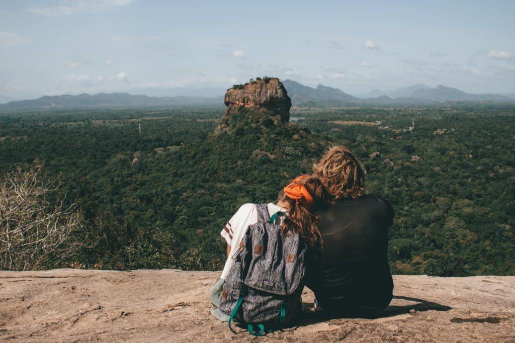 Couple assis devant le Rocher au Lion à Sigiriya