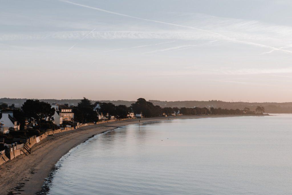 Paysage de Bretagne. Mer au coucher du soleil.