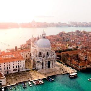 Photo aérienne de Venise, ville italienne à découvrir en mois de juin pour des vacances reposantes et culturelles avant l'été.