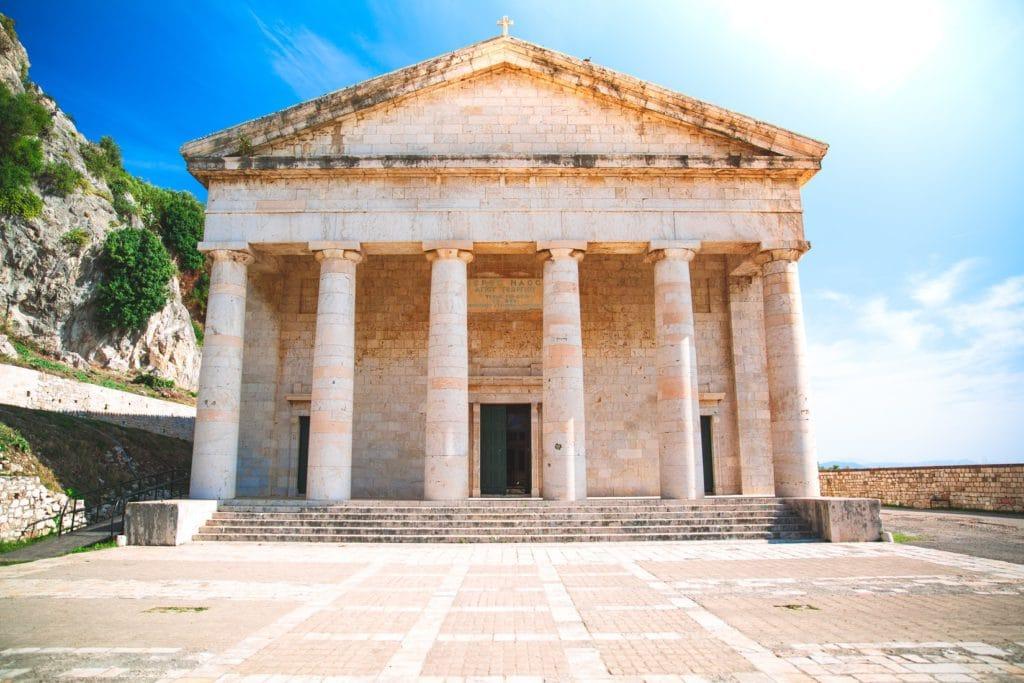 Temple grec antique sur l'île de Corfou, fin du périple d'Ulysse