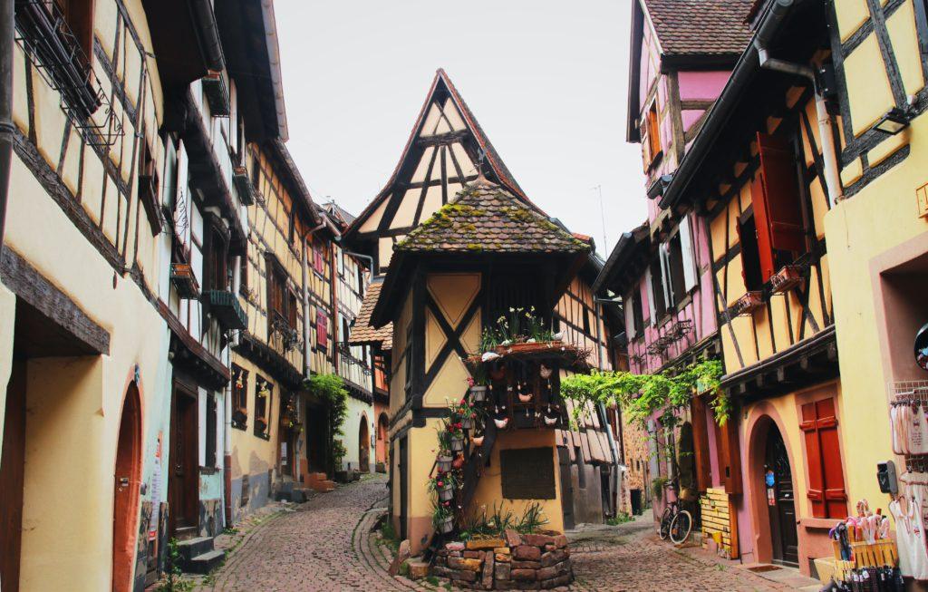 Maisons colorees de Eguisheim village francais en Alsace