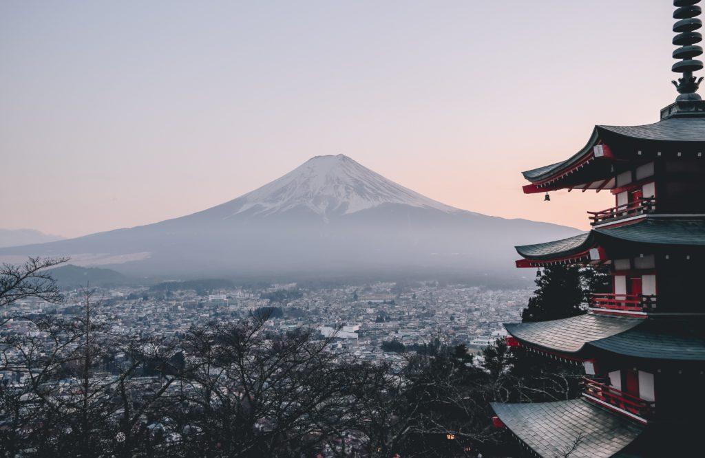 Ville de Fujiyoshida avec cerisiers japon