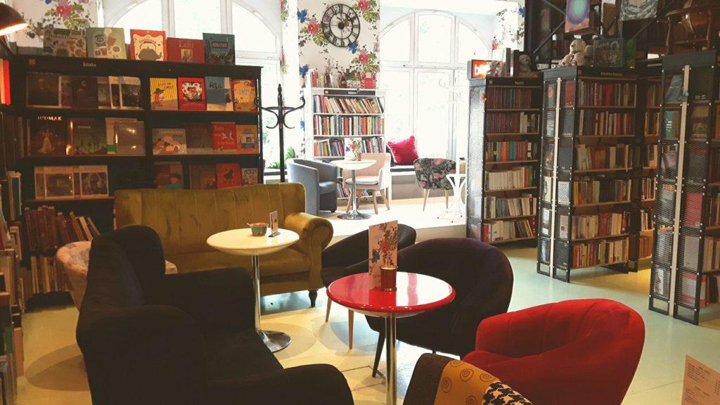 Kawiarnia Literacka café avec livres à Cracovie en Pologne