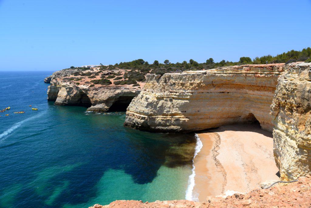 Falaises plongeant dans l'eau a Praia de Dona Ana Algarve Portugal