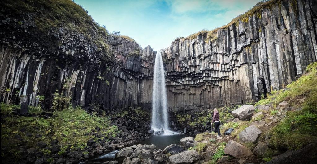Cascade de Svartifoss en Islande basalte