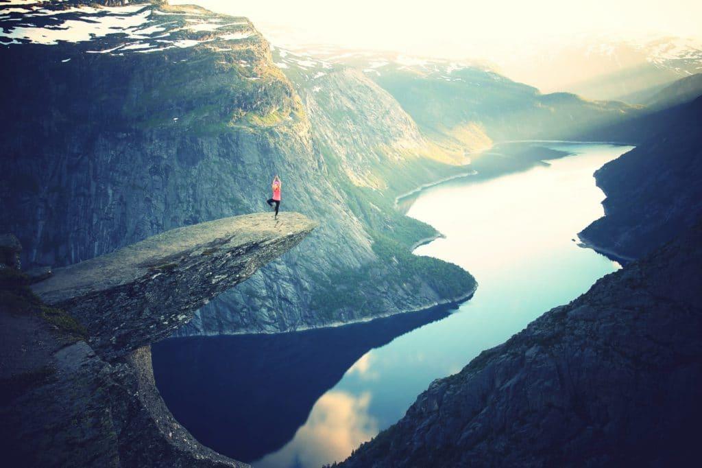 Trolltunga pour des vacances à la montagne dans les fjords de Norvège