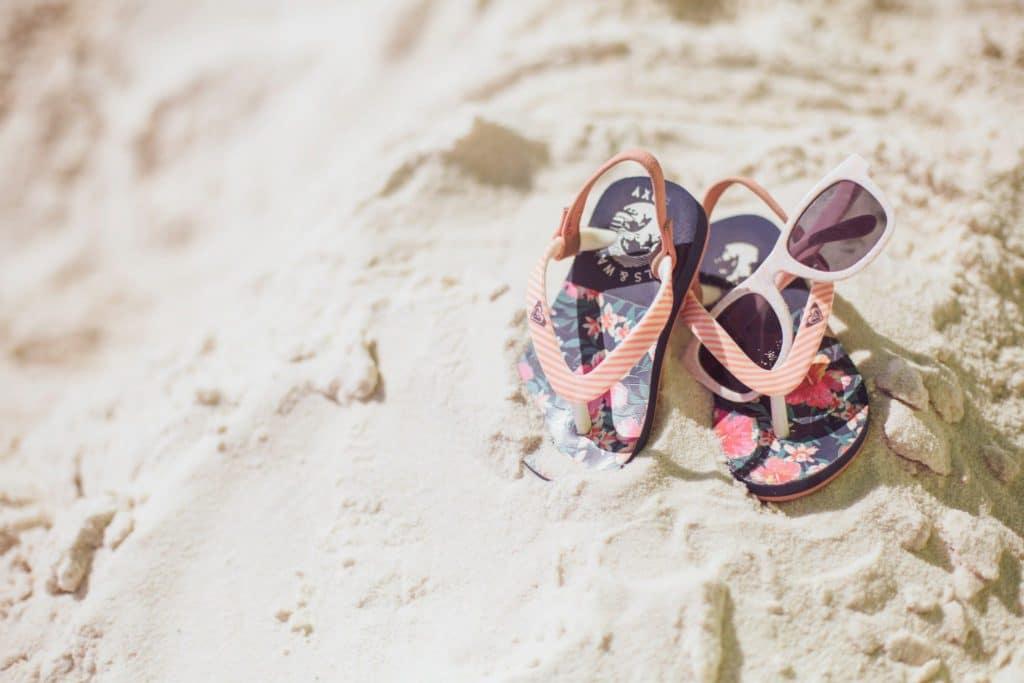 Chaussures de plage et lunettes de soleil