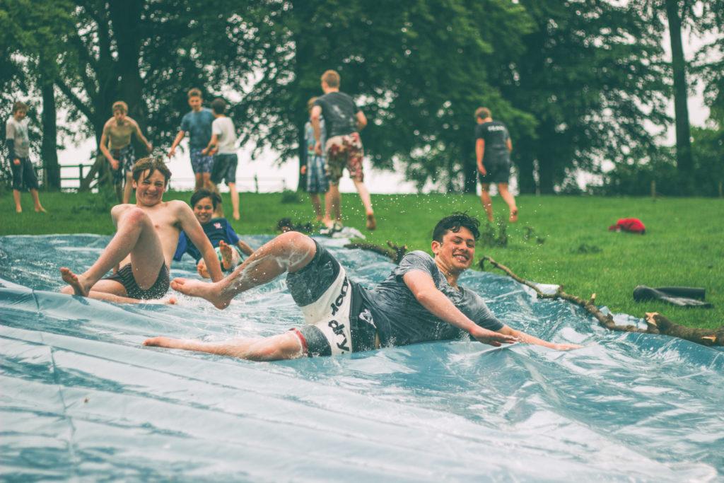 Adolescents sur tapis glissant lors d'un anniversaire