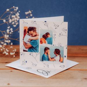 carte carree avec fleurs bleues sur fond blanc