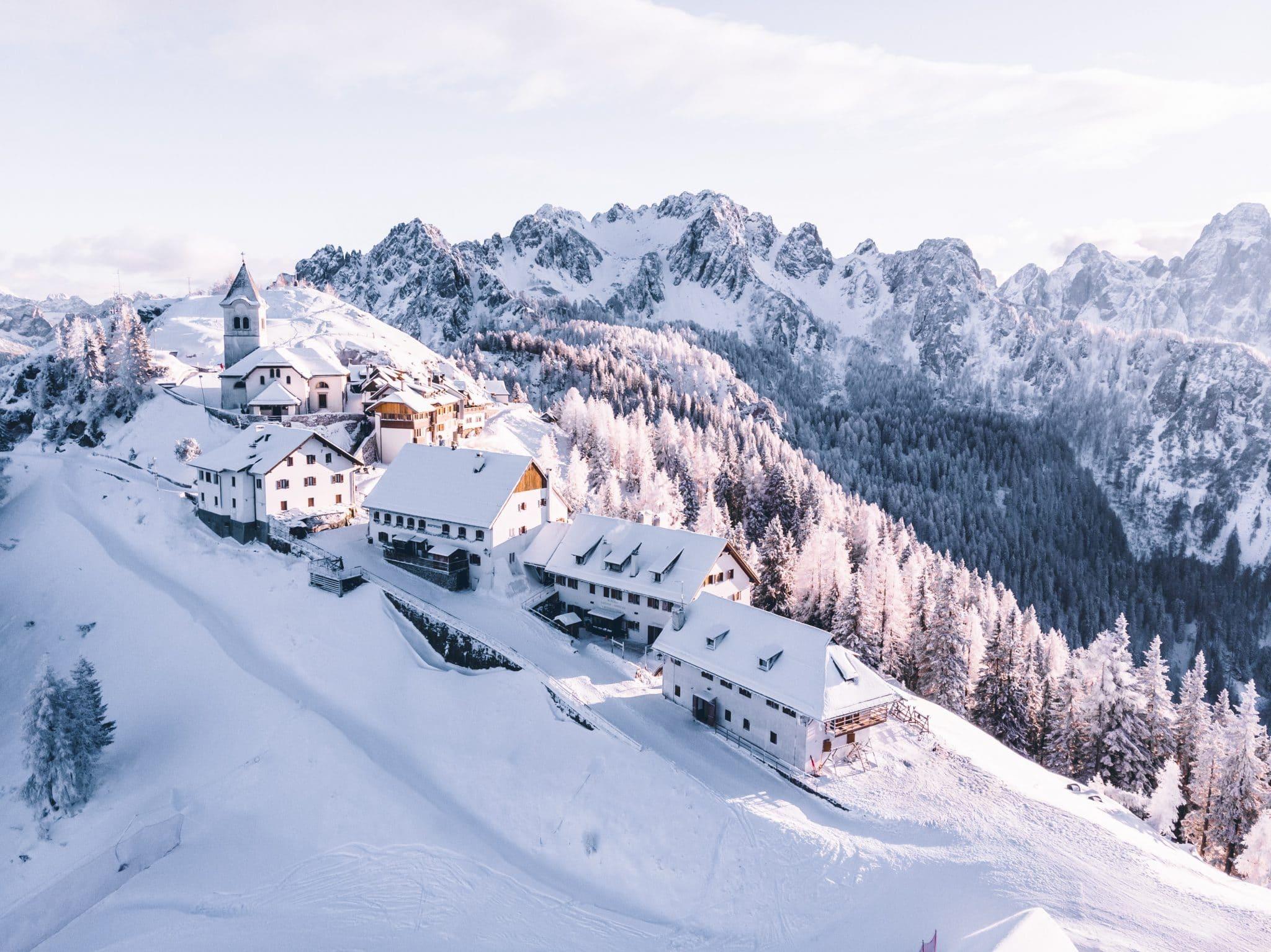 Montagnes enneigées pour les vacances de noel 2019