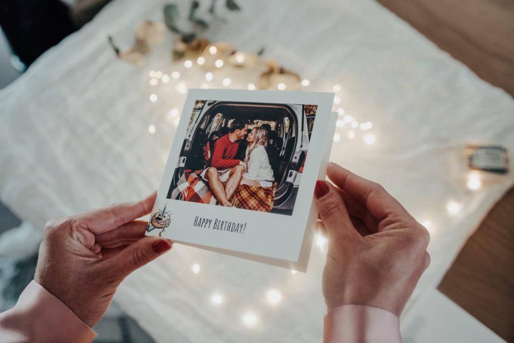 mains tenant carte anniversaire avec couple