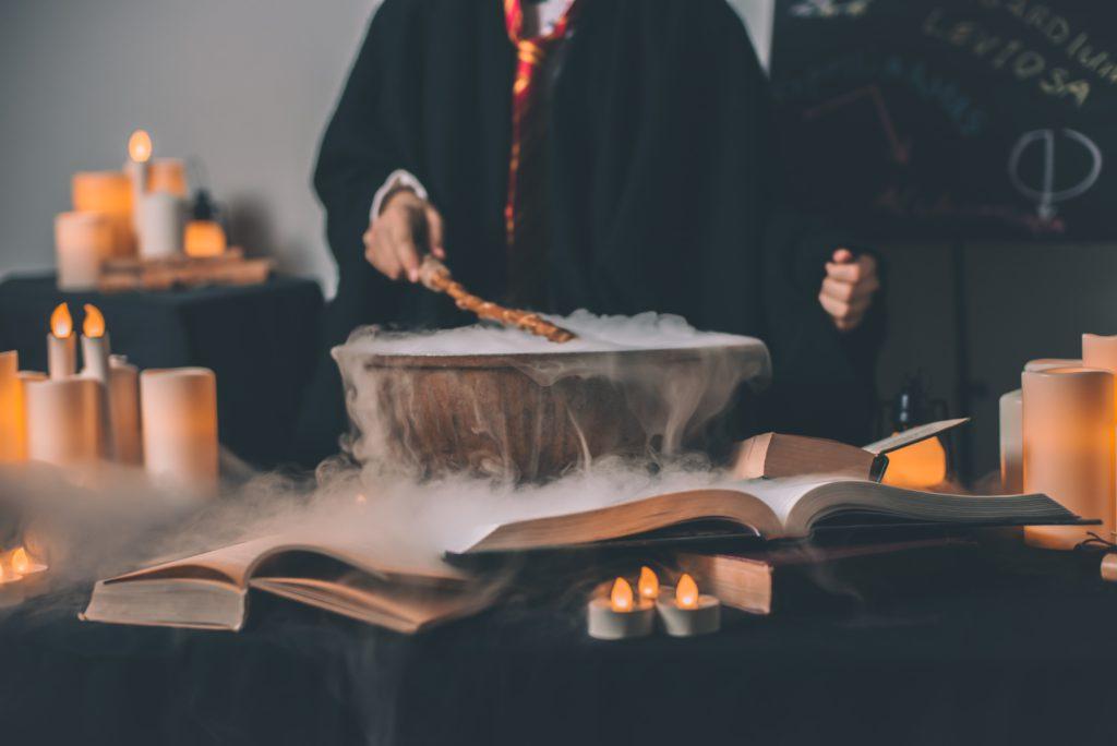 theme anniversaire Harry Potter avec potions et baguettes magiques