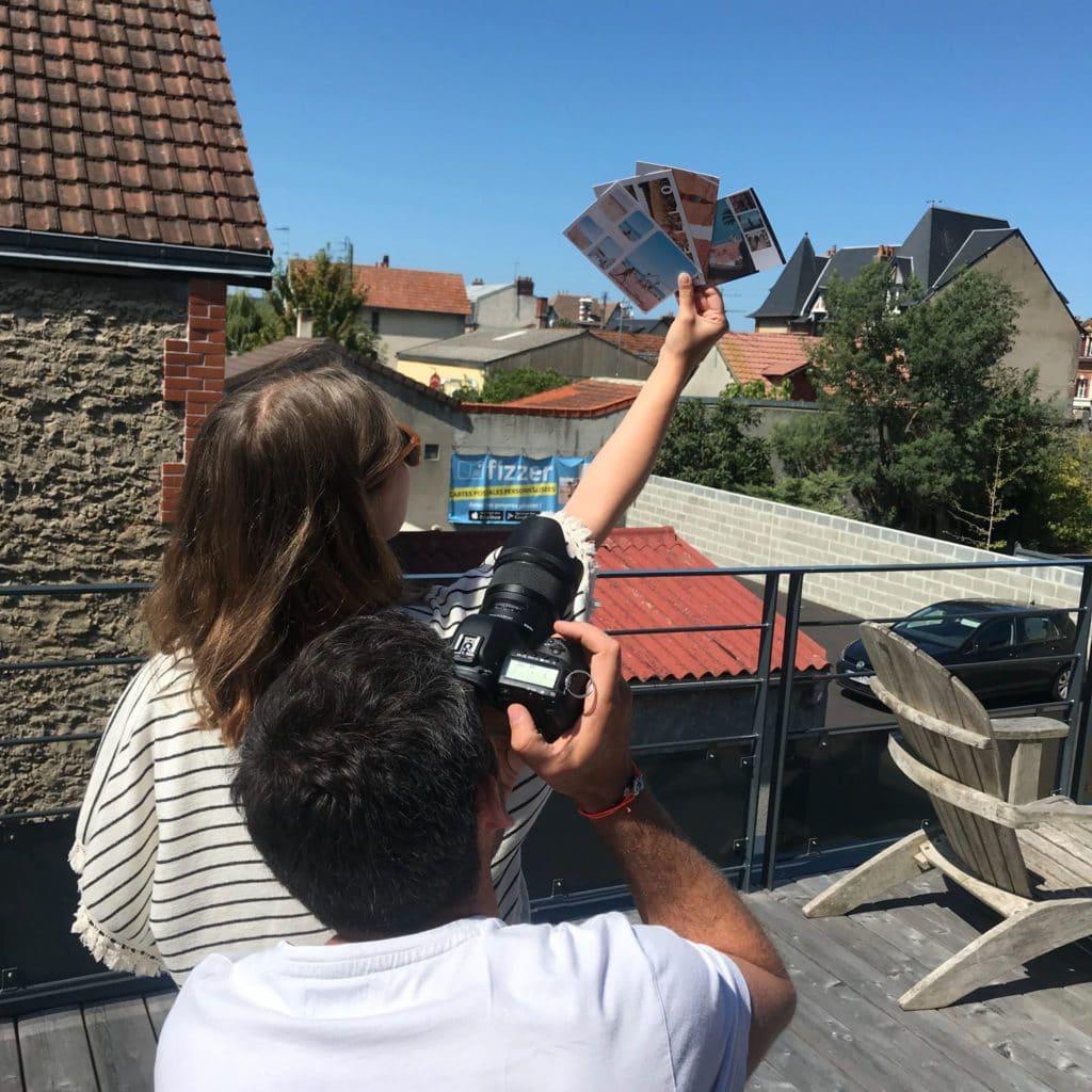 Margaux et Arthur prenant une carte postale face au ciel pendant le shooting photo