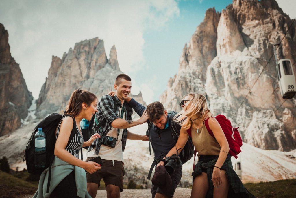 compagnons de voyage à la montagne