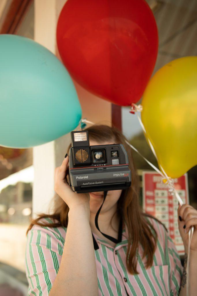 Ballons d'anniversaire retro avec appareil photo polaroid