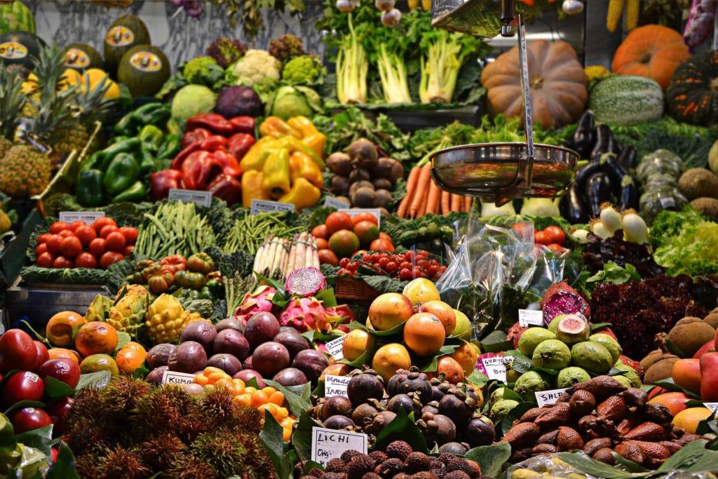 Stand de fruits et légumes au marché Mercado de la Boqueria à Barcelone