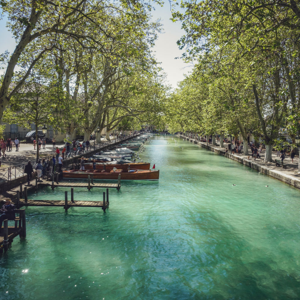canal lac d'annecy avec barques