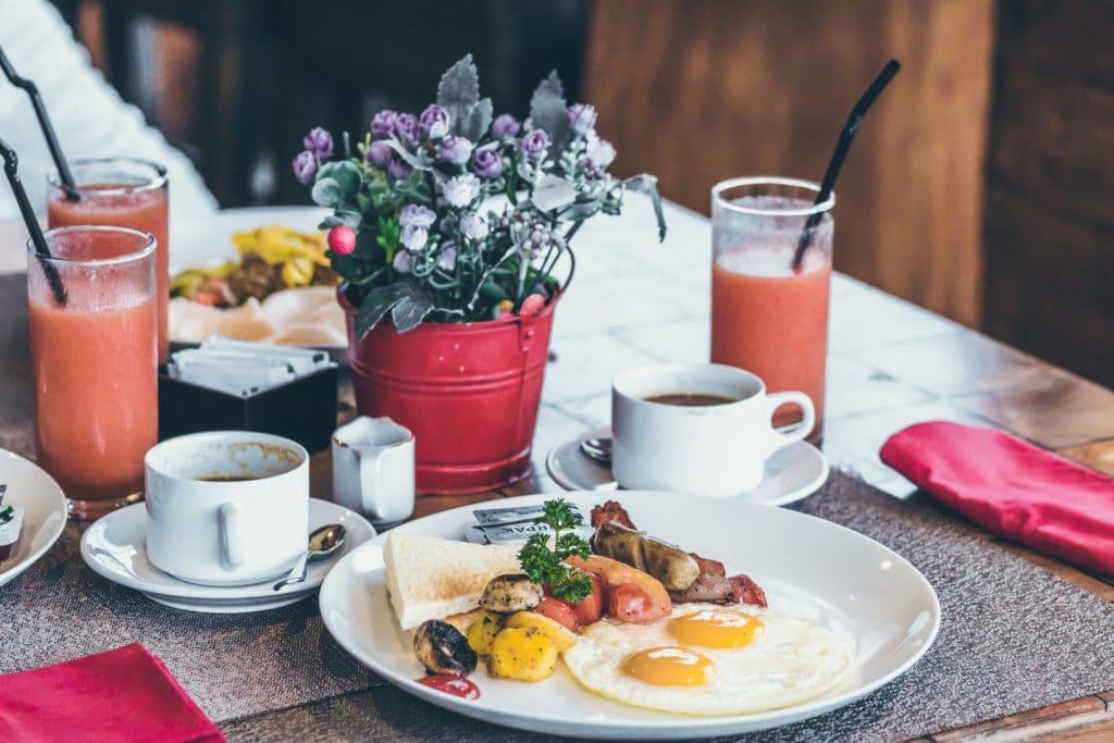 Petit déjeuner servi lors d'un bed and breakfast pour un weekend avant l'été.