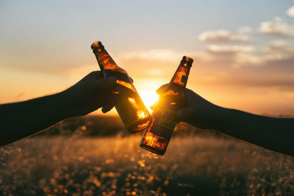 deux bouteilles de bières qui trinquent