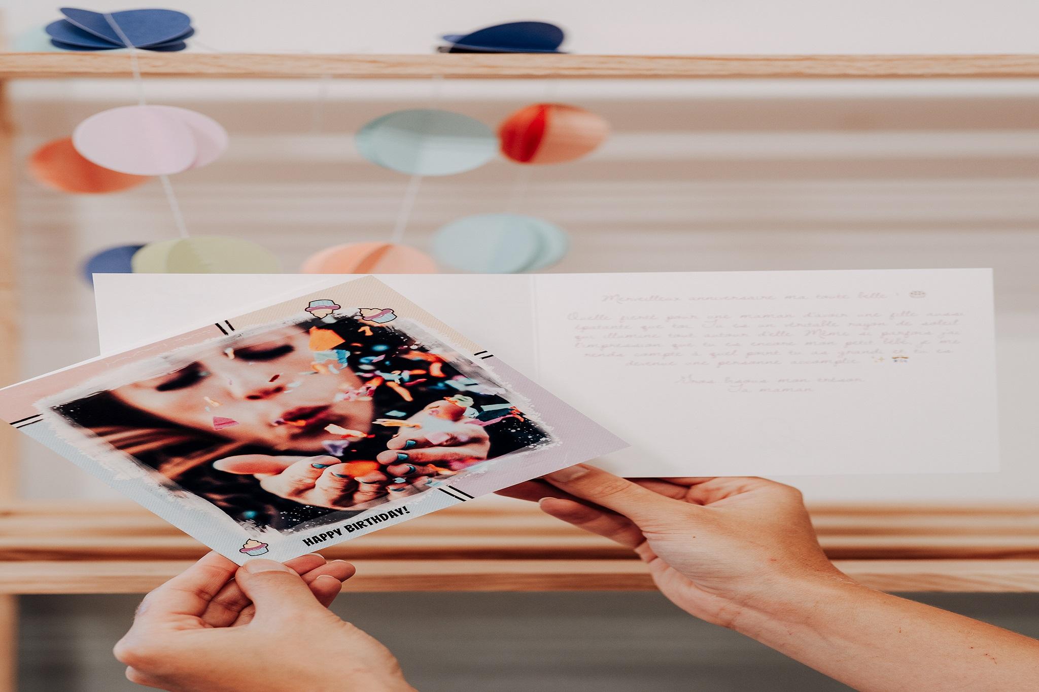 carte avec femme soufflant confetti et texte