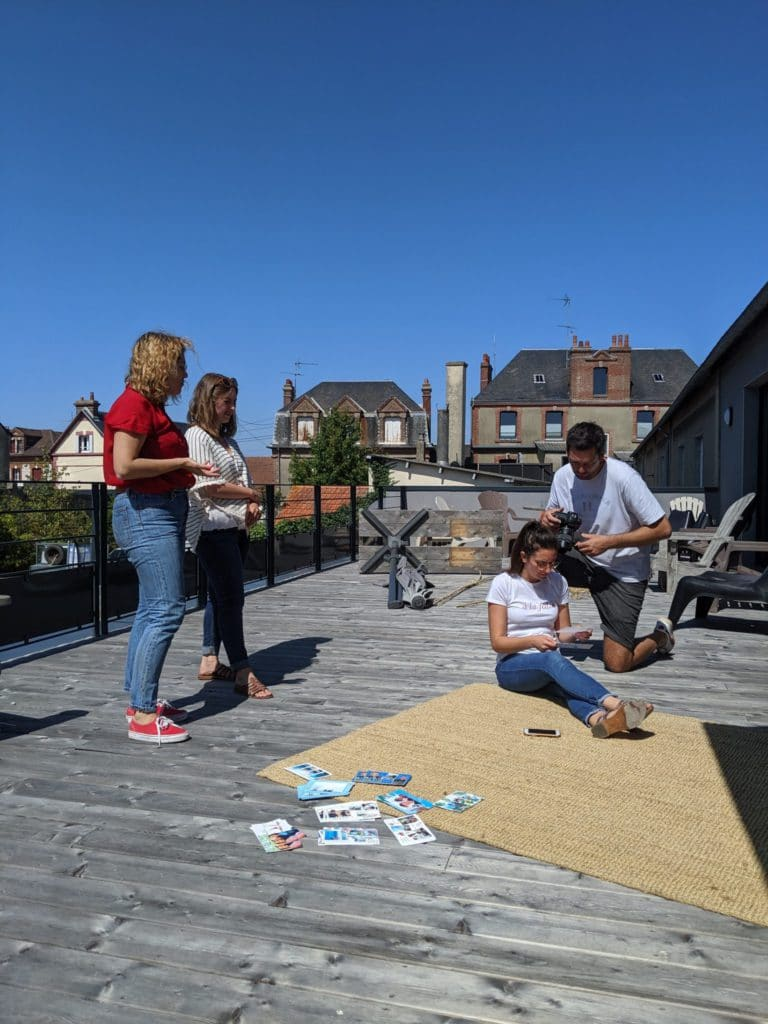Shirley, Margaux, Karline et Arthur pendant le shooting photo sur la terrasse de Fizzer
