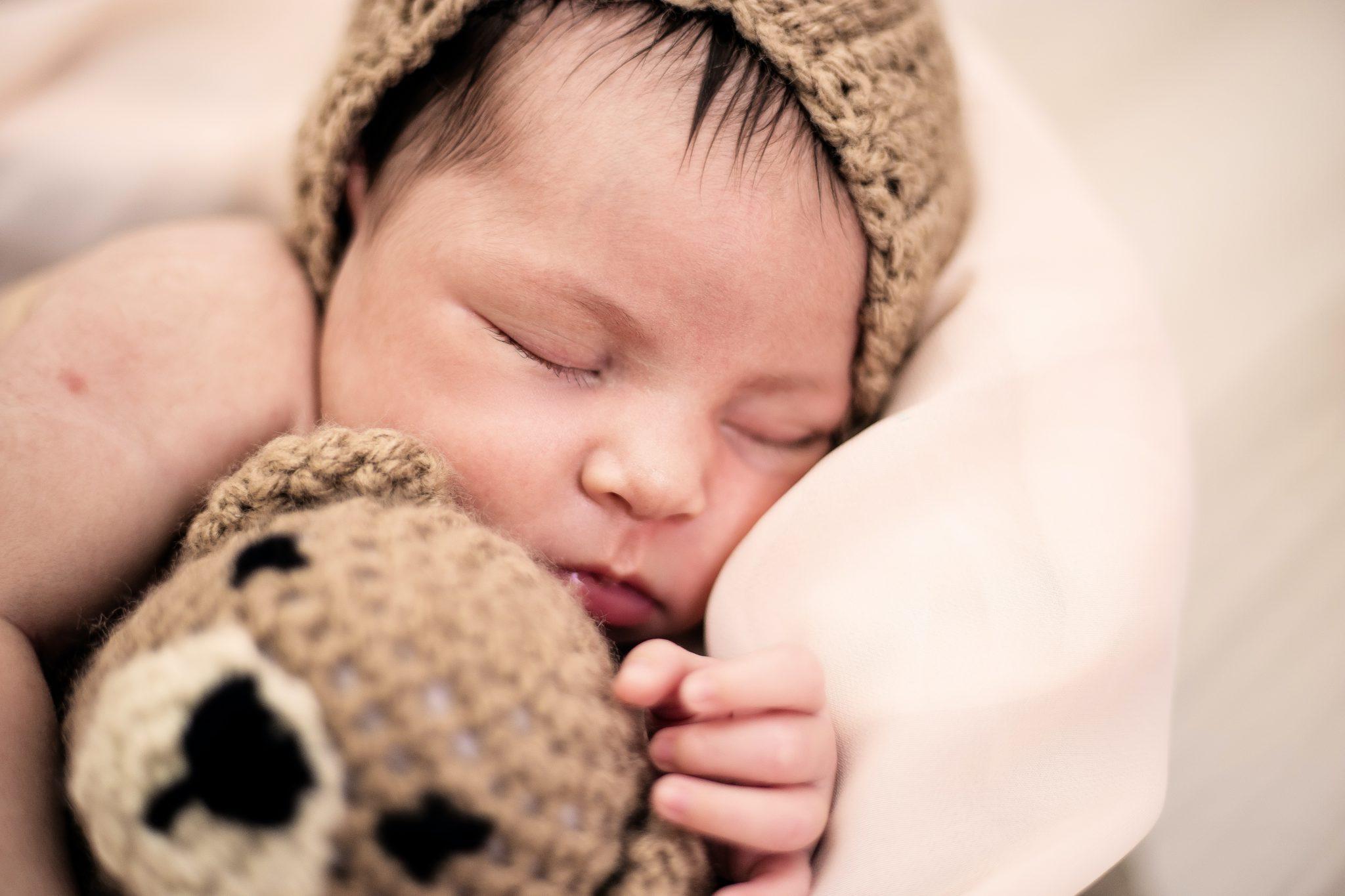 bebe avec doudou pour cadeau liste de naissance