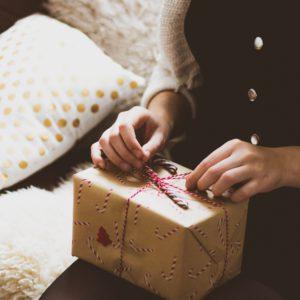 Cadeau de Noel sur les genoux d'une femme