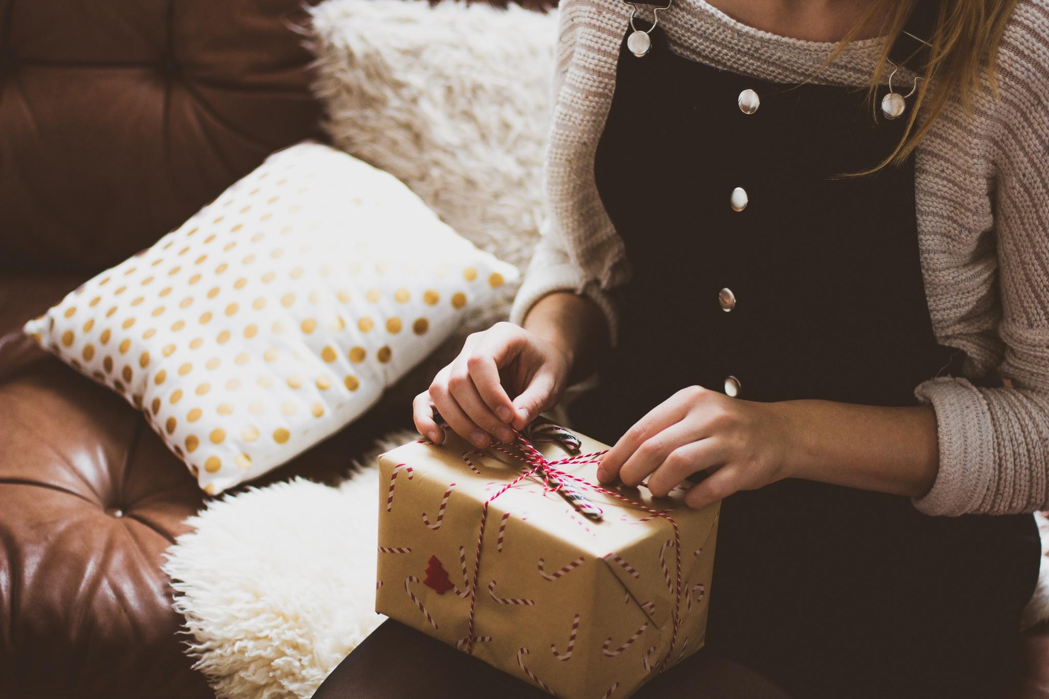 Cadeau de Noël sur les genoux d'une femme