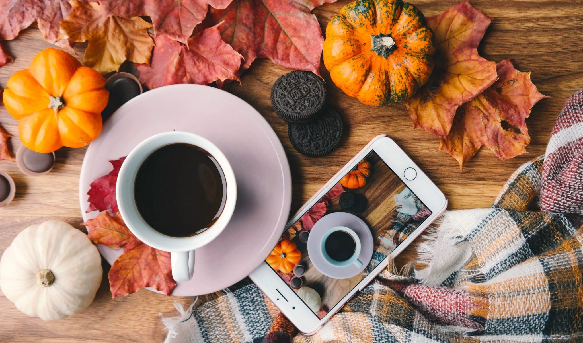cafe feuilles d'automne et téléphone pour travailler à Paris