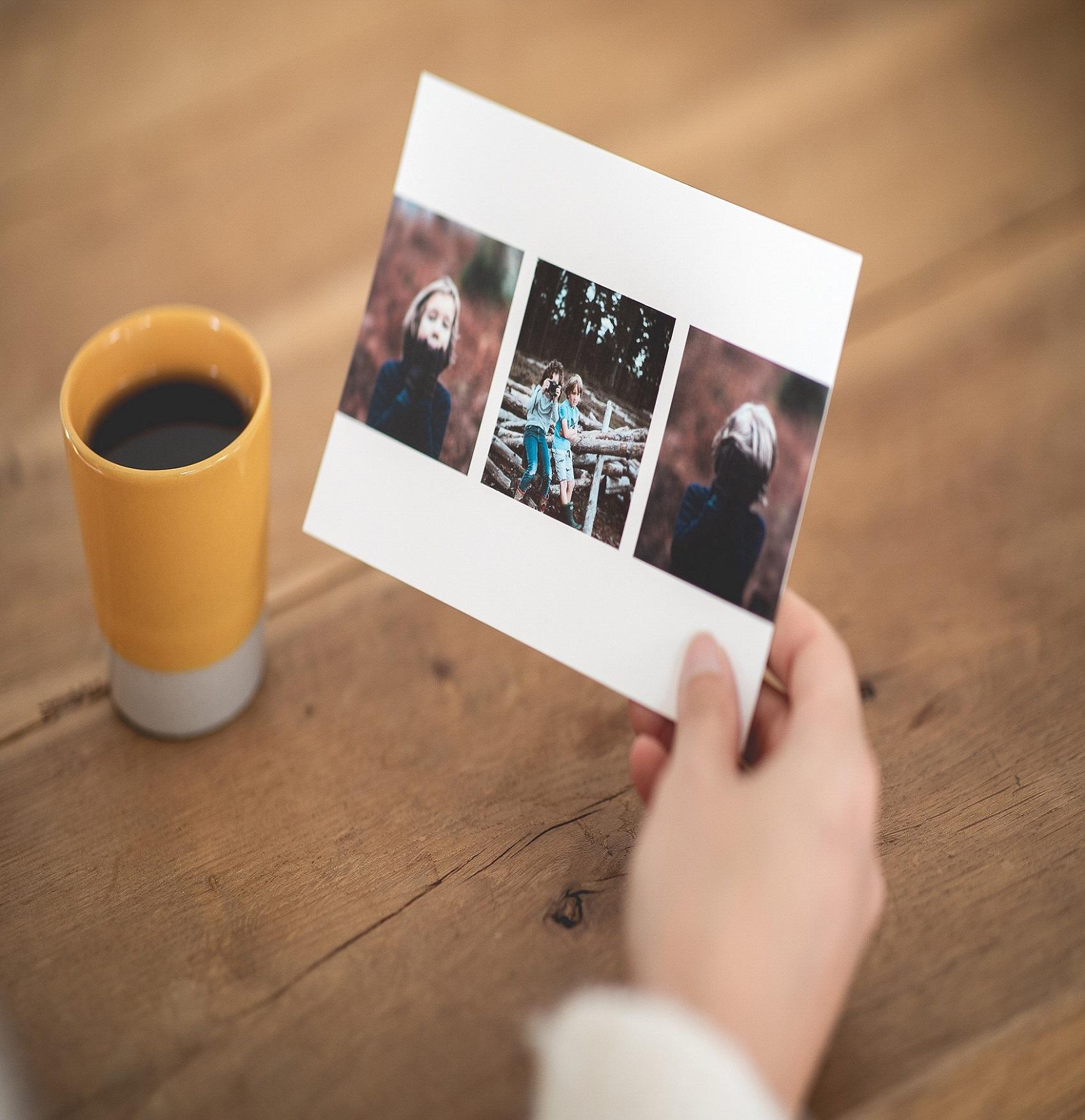 carte postale avec trois photos et cafe