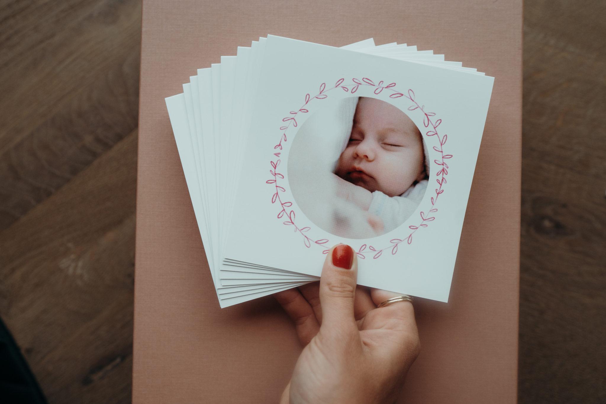 eventail faire-part bebe dans main de femme