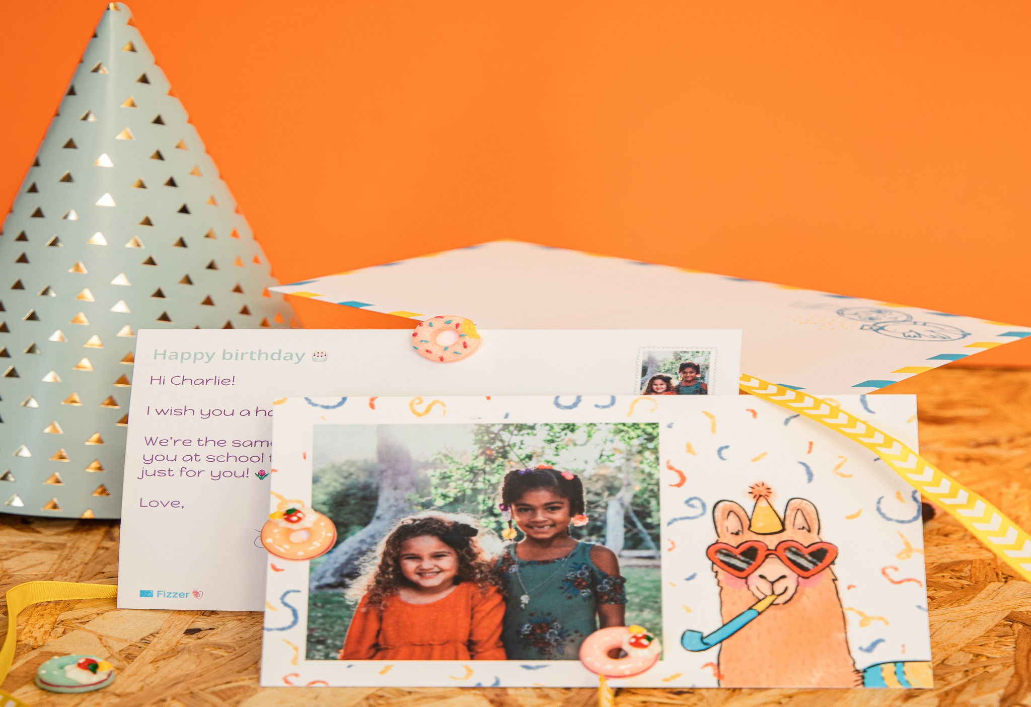 carte anniversaire avec deux filles et dessin lama