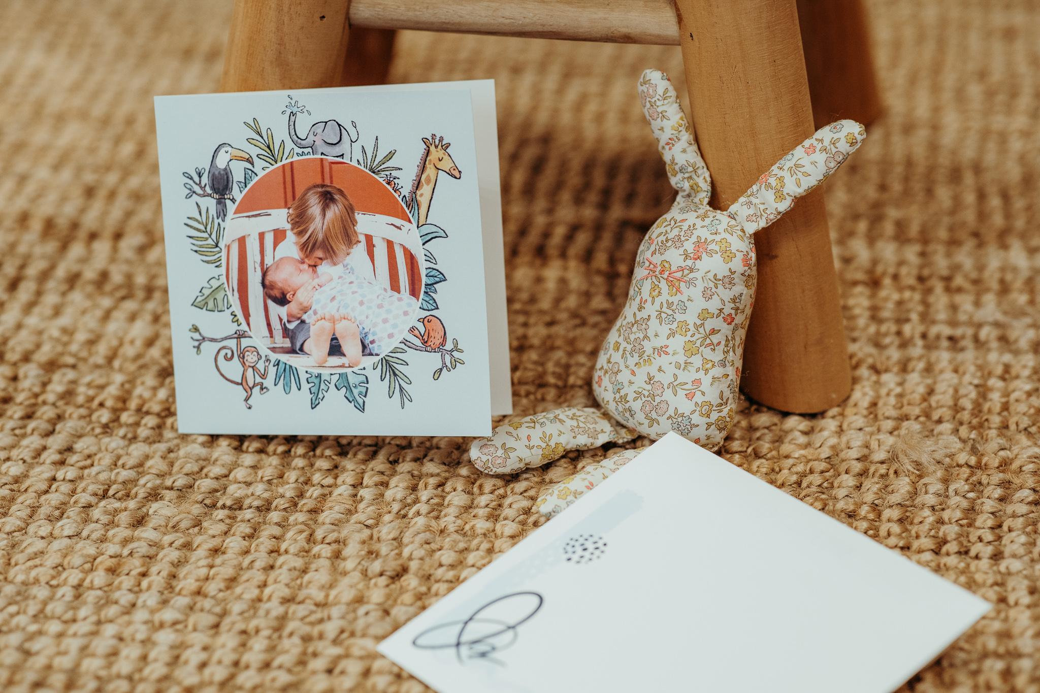 carte sur tapis en coco avec doudou lapin
