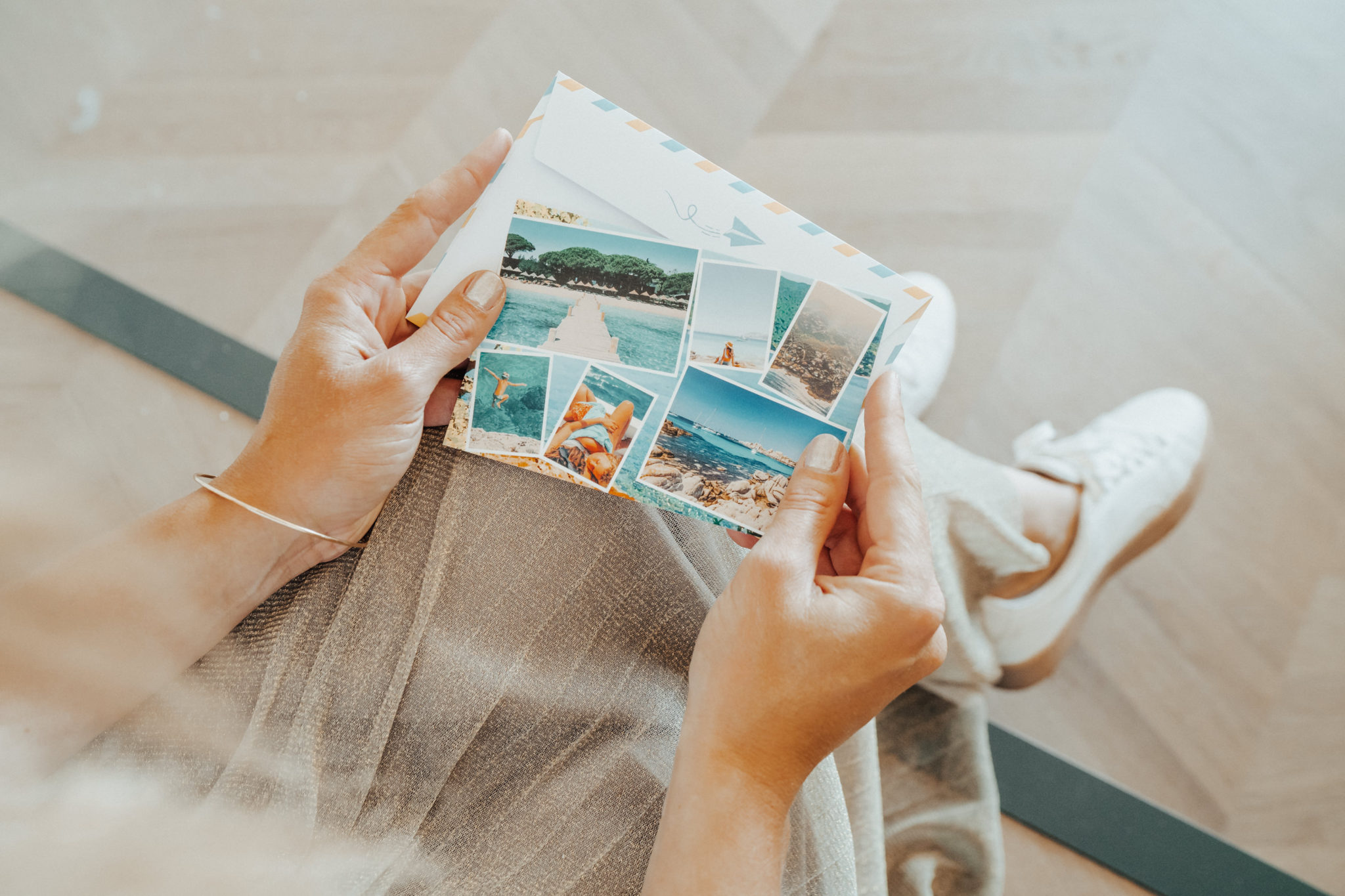 mains de femme tenant une carte ete avec mer