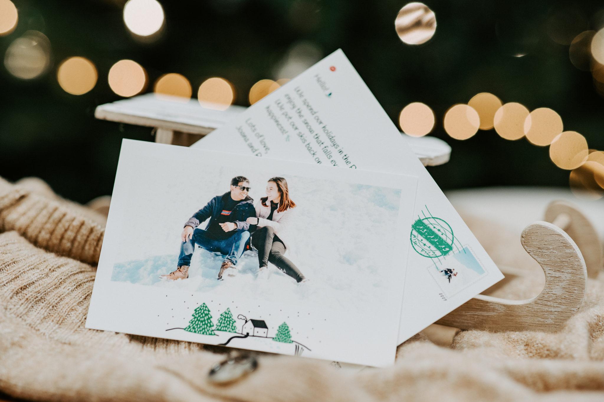 recto et verso d'une carte postale au ski posee devant un traineau