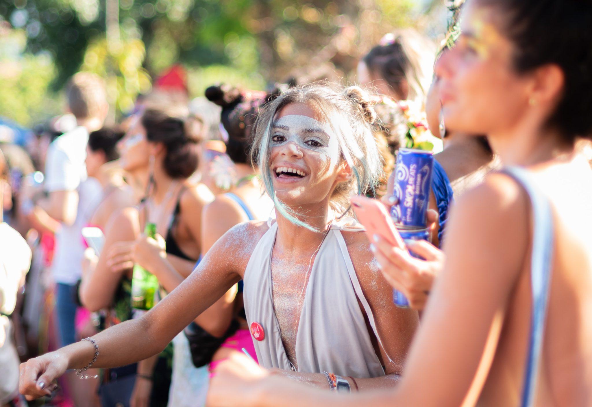 Fille maquillee au carnaval de rio