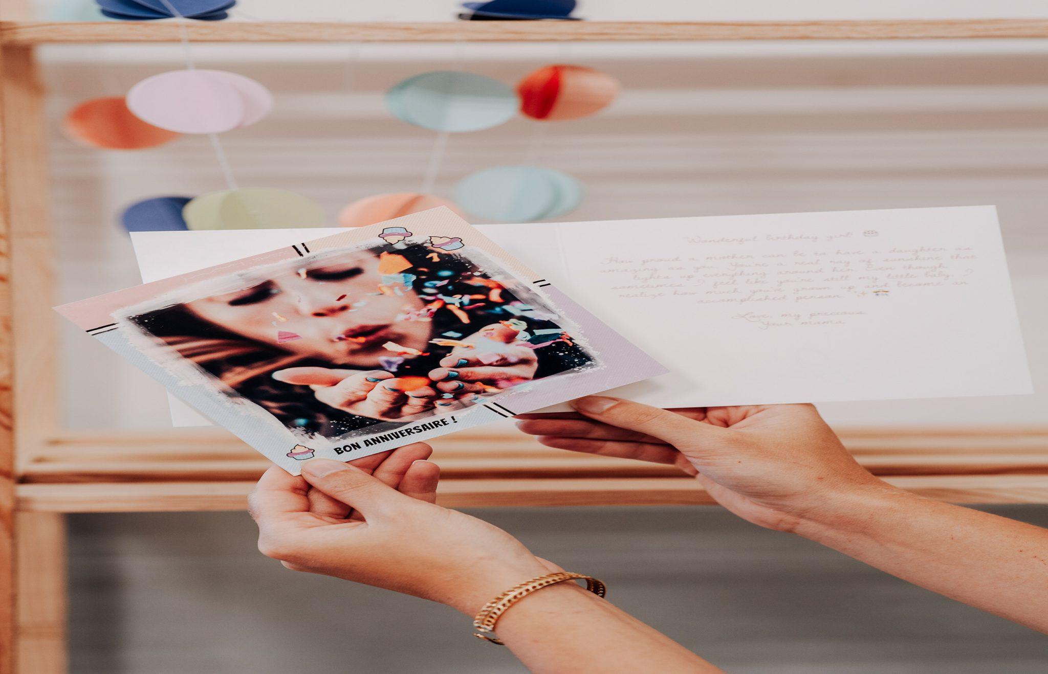 mains tenant carte de femme avec confetti