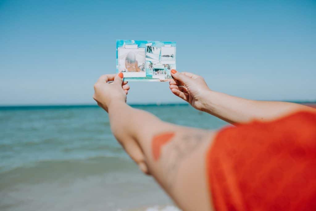 carte tenue face à la mer