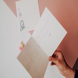 carte ouverte avec message ecrit en rose