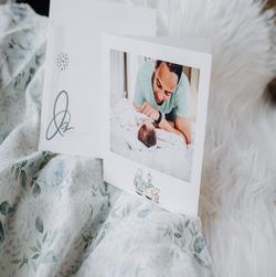 carte papa et bebe posee sur tissus