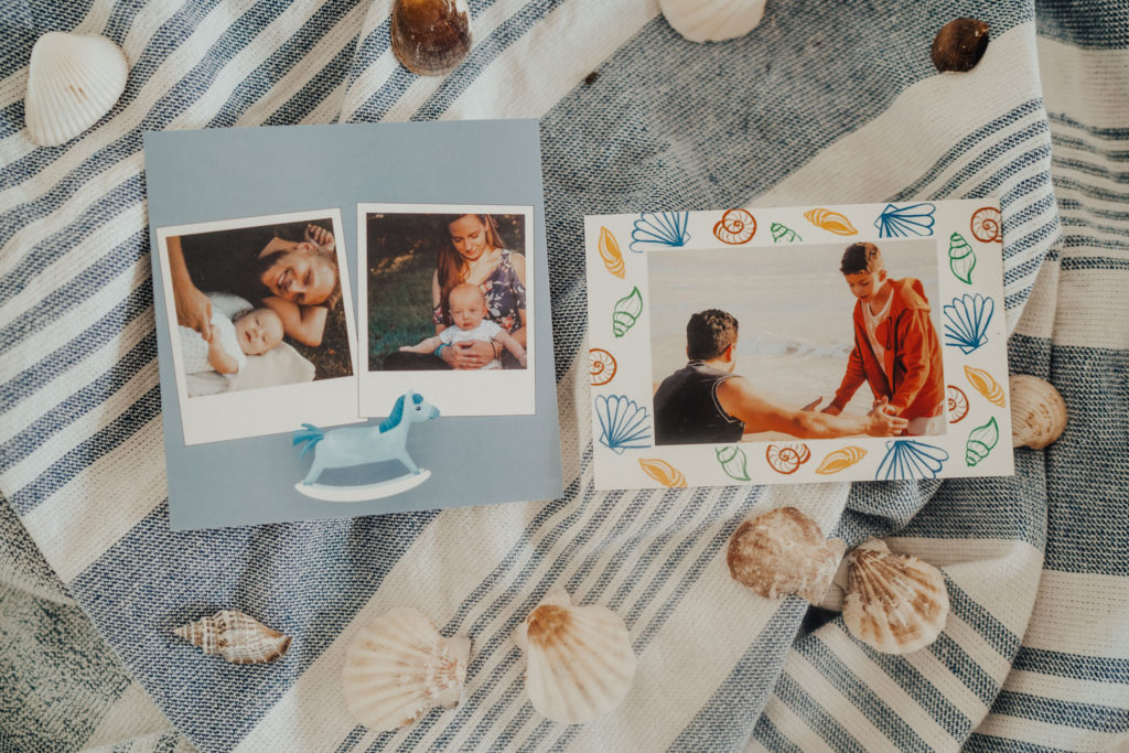 deux cartes pour enfants posees sur tissu avec coquillages