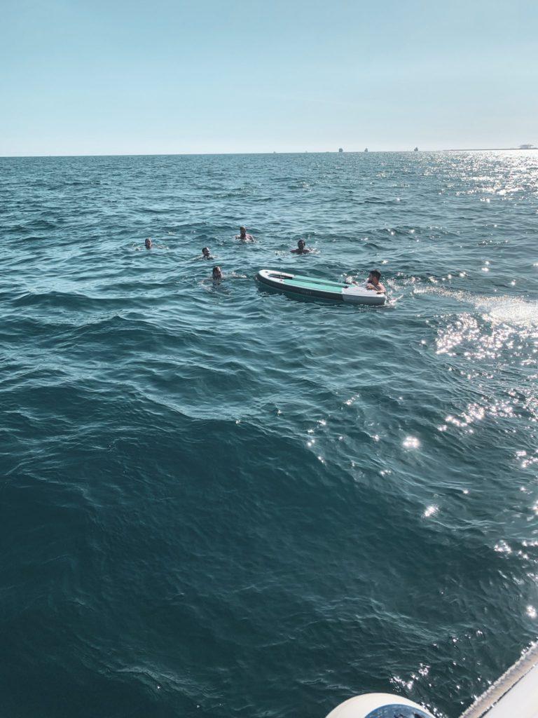 Plongeon dans la Méditerranée pendant la retreat à Barcelone