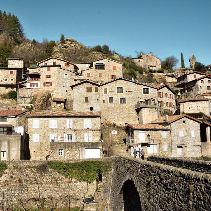 ville d'aubenas ensoleillee et pont