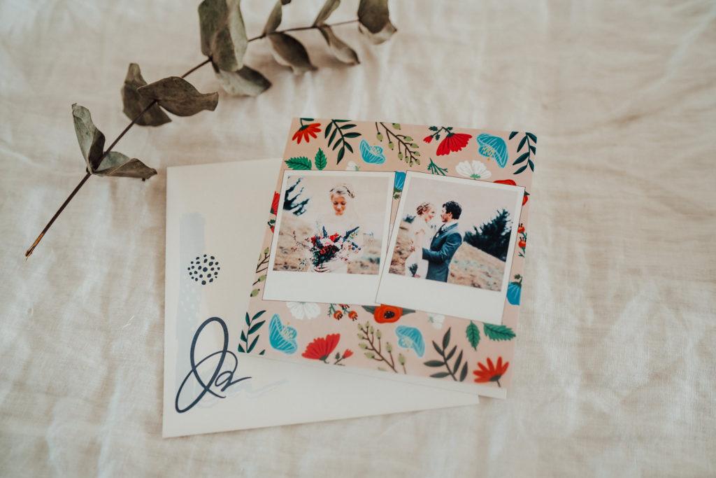 faire-part avec couple et fleurs pose sur tissu