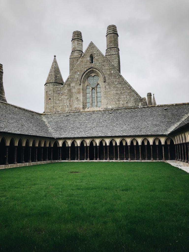 Cours et cloitre de l'abbaye du Mont-Saint-Michel en Normandie